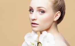 Портрет конца-вверх красоты красивой, свежей и здоровой девушки ov Стоковые Фото