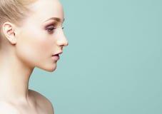 Портрет конца-вверх красоты красивой, свежей и здоровой девушки ov Стоковое Фото
