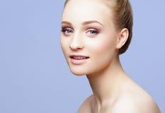 Портрет конца-вверх красоты красивой, свежей и здоровой девушки ov Стоковое фото RF
