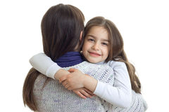Портрет конца-вверх маленькие милые девушки которое обнимает ее мать Стоковая Фотография RF
