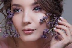 Портрет конца-вверх молодого привлекательного и красивого брюнета Свежий взгляд весны с цветками стоковые фото
