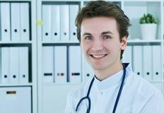 Портрет конца-вверх молодого усмехаясь мужского доктора с стетоскопом Стоковые Изображения RF