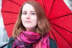 Портрет конца-вверх молодой длинн-с волосами привлекательной одетой девушки стоковые изображения