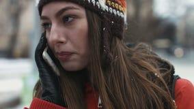 Портрет конца-вверх молодой женский сладостный говорить на телефоне outdoors Девушка усмехаясь пока имейте переговор дальше видеоматериал