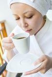 Портрет конца-вверх молодой усмехаясь женщины с крышкой кофе Стоковые Фото
