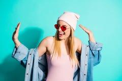 Портрет конца-вверх одежды streetstyle славной привлекательной прекрасной жизнерадостной веселой радостной девушки нося имея своб стоковые изображения rf