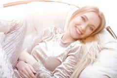 Портрет конца-вверх очаровательной молодой женщины стоковые фото