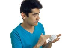 Портрет конца-вверх парня в футболке которые серьезно повреждают брить пену в наличии Стоковая Фотография RF