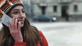 Портрет конца-вверх привлекательной женщины в ее 20s используя ее мобильный телефон outdoors Девушка говоря на телефоне видеоматериал