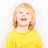 Портрет конца-вверх радостного мальчика смотря камеру Стоковое Изображение RF