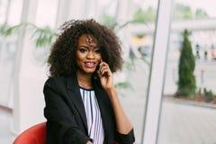 Портрет конца-вверх радостной афро-американской девушки говоря на мобильном телефоне Стоковые Изображения RF