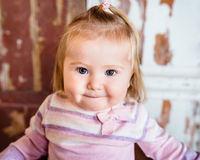 Портрет конца-вверх смешной белокурой маленькой девочки с большими серыми глазами Стоковые Изображения