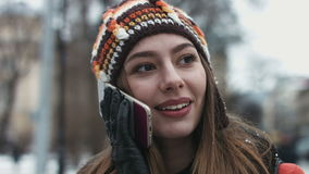 Портрет конца-вверх смешной девушки говоря на ее мобильном устройстве outdoors сток-видео