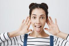 Портрет конца-вверх смешной привлекательной взрослой женщины с прокалыванным носом и ультрамодным стилем причёсок 2 плюшек, держа стоковое фото rf