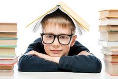 Портрет конца-вверх стекел умного школьника нося с bo Стоковые Фото