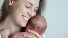 Портрет конца-вверх счастливой зрелой матери с newborn младенцем в ее оружиях счастливое материнство цветок дня дает матям сынка  сток-видео