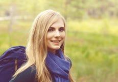 Портрет конца-вверх счастливой, красивой белокурой девушки идя в fo Стоковое фото RF