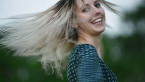 Портрет конца-вверх счастливой привлекательной кавказской белокурой девушки с влажными волосами во время дождя на природе на откр сток-видео