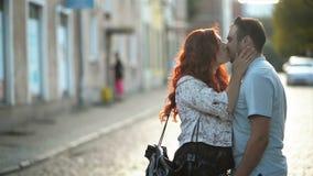 Портрет конца-Вверх счастливых пар Романтичный Outdoors даты во время летнего времени Они прижимаясь с собой сток-видео