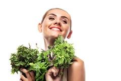 Женщина с пачкой свежей мяты. вегетарианское диетпитание Стоковые Фото