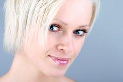 Портрет конца-вверх усмехаясь белокурой женщины Стоковая Фотография