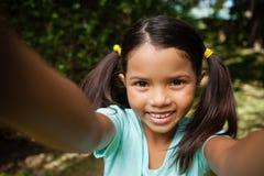 Портрет конца-вверх усмехаясь девушки при поднятые оружия Стоковое Фото