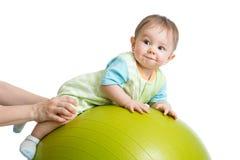 Портрет конца-вверх усмехаясь младенца на шарике фитнеса Тренировка и массаж, зачатие здоровья младенца Стоковое Фото
