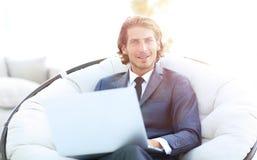 Портрет конца-вверх успешного бизнесмена с компьтер-книжкой Стоковые Фотографии RF