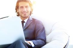 Портрет конца-вверх успешного бизнесмена с компьтер-книжкой Стоковые Фото