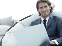 Портрет конца-вверх успешного бизнесмена с компьтер-книжкой Стоковая Фотография RF