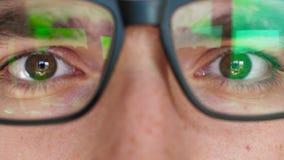 Портрет конца-вверх человека который смотрит в камеру и кладет дальше стекла видеоматериал