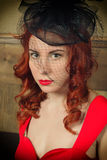 Портрет конца-вверх элегантной молодой женщины redhead в красном платье, имеющ стекло красного вина Стоковое Фото