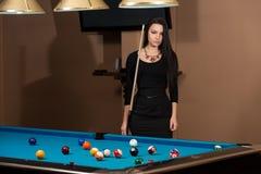 Портрет концентрации молодой женщины на шарике Стоковое Фото