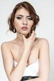 Портрет коричнев-с волосами романтичной девушки с нагой задней частью Стоковые Фотографии RF