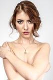 Портрет коричнев-с волосами романтичной девушки с нагой задней частью Стоковые Изображения