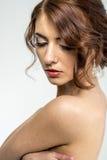 Портрет коричнев-с волосами романтичной девушки с нагой задней частью Стоковое Изображение RF