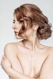 Портрет коричнев-с волосами романтичной девушки с нагой задней частью Стоковое фото RF