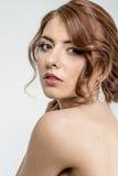 Портрет коричнев-с волосами романтичной девушки с нагой задней частью Стоковые Фото