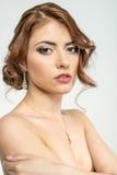 Портрет коричнев-с волосами романтичной девушки с нагой задней частью Стоковое Фото