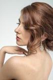 Портрет коричнев-с волосами романтичной девушки с нагой задней частью Стоковое Изображение