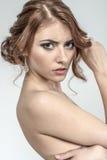 Портрет коричнев-с волосами романтичной девушки с нагой задней частью Стоковая Фотография RF