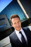 Портрет корпоративного бизнесмена стоя на фронте офисного здания Стоковые Фото