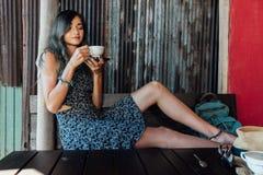 Портрет кофе девушки выпивая в винтажном кафе на террасе в Азии Вдохи, пить Стоковая Фотография RF