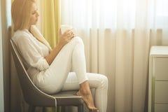 Портрет кофе женщины выпивая Стоковая Фотография