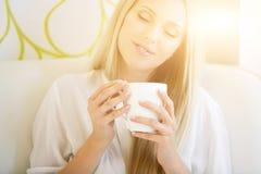Портрет кофе женщины выпивая Стоковое Изображение RF