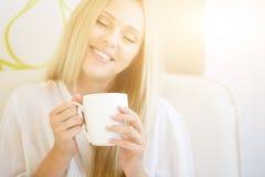 Портрет кофе женщины выпивая Стоковая Фотография RF
