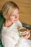 Портрет кофе женщины выпивая стоковые фотографии rf
