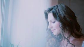 Портрет кофе молодой красивой женщины выпивая в спальне Привлекательная девушка смотря окно и делая глоточек от чашки видеоматериал