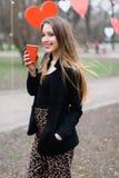Портрет кофе молодой красивой стильной девушки выпивая в парке Стоковое Изображение