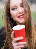 Портрет кофе молодой красивой стильной девушки выпивая в парке Стоковые Изображения